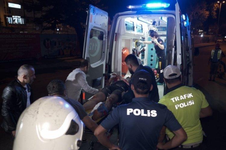 İstanbul'da otomobil reklam tabelasına çarptı! 1 yaralı