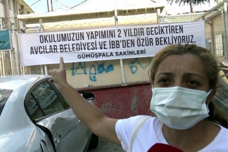 İstanbul Avcılar'da belediyelerden özür beklenen pankart asıldı