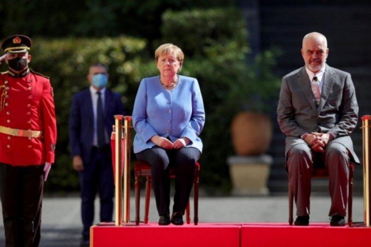 Merkel Arnavutluk'taki resmi törende yine korkuttu!