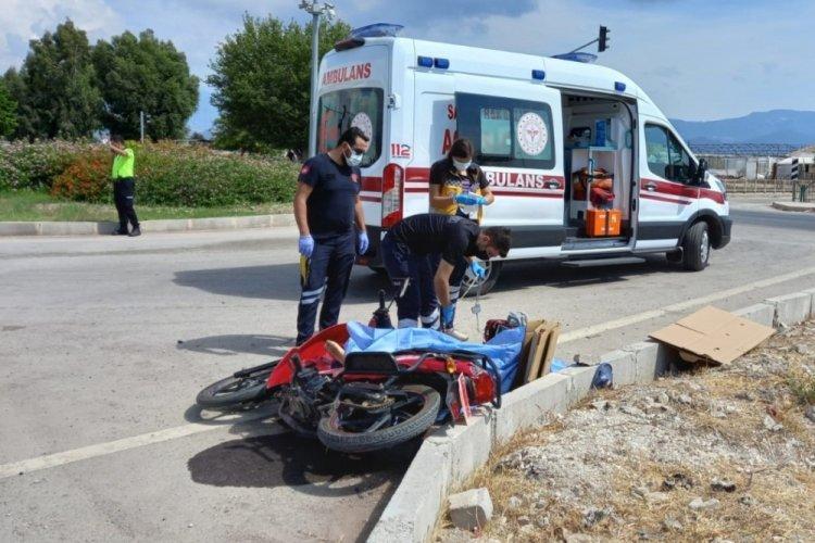 Antalya'da motosiklet sürücüsü, otomobille çarpışarak öldü, eşi yaralı