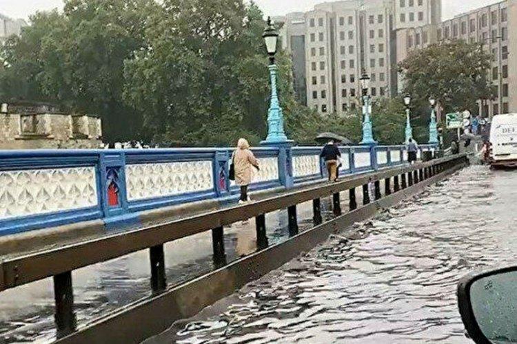 Tower Bridge Köprüsü sular altında!