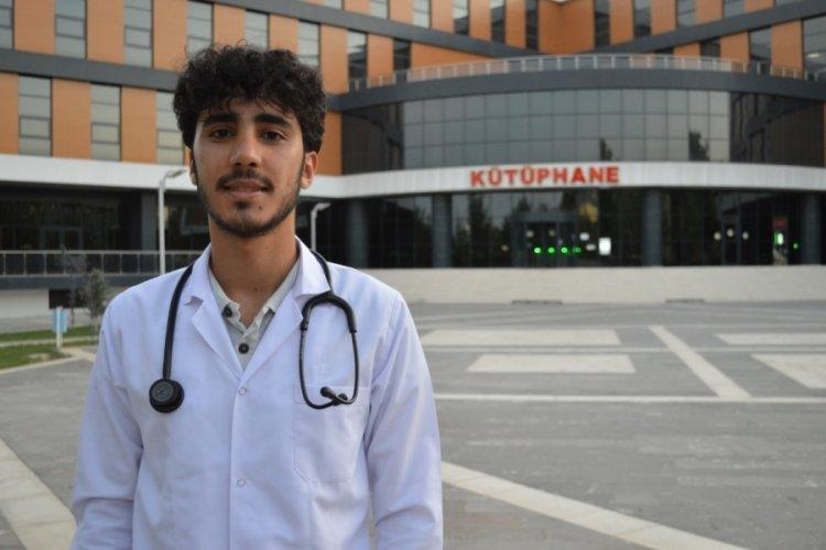 İnşaatında işçi olarak çalıştığı kütüphanede şimdi tıp öğrencisi olarak çalışıyor