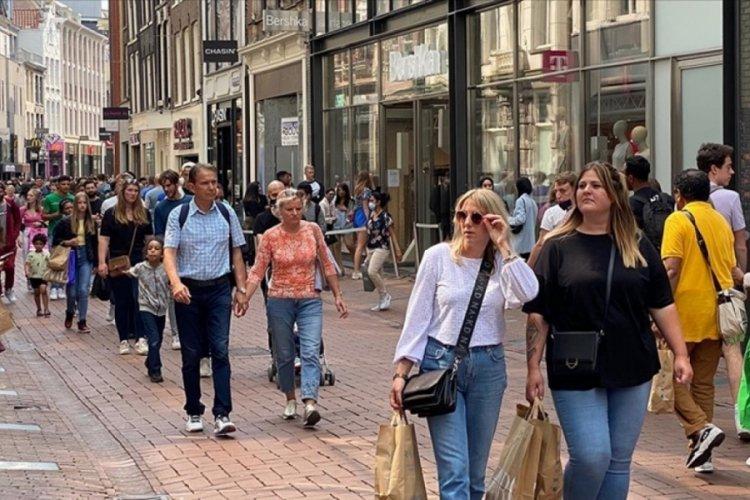 Hollanda'da 25 Eylül'den itibaren sosyal mesafe kuralı kaldırılıyor