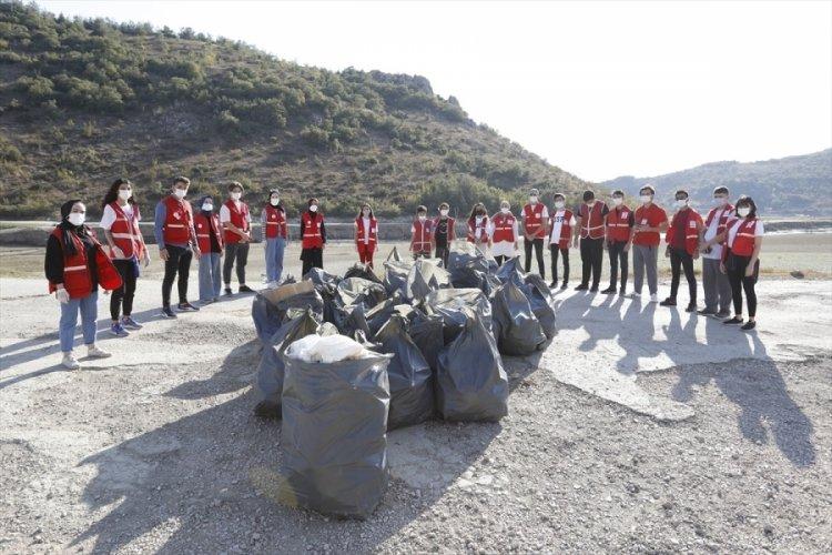 Bursa'da Genç Kızılay üyeleri, çevre temizleme etkinliği düzenledi