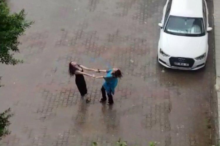 Antalya'da yağmur yağınca, kadınlar dans etmeye başladı