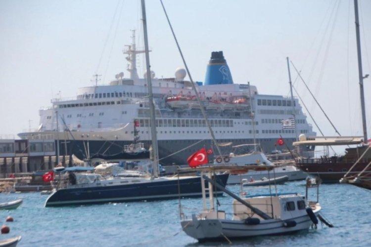 Bodrum'un 2 yıllık hasreti sona erdi! 200 metrelik dev gemi demir attı
