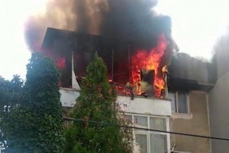 Balıkesir'de tatil beldesindeki ev alev alev yandı