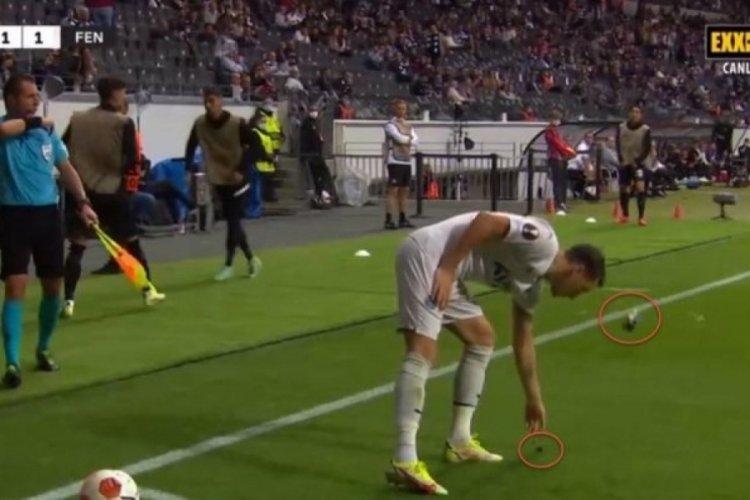 Frankfurt Fenerbahçe maçında Mesut Özil'e yabancı madde fırlatıldı