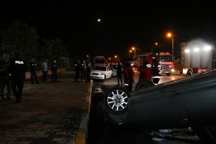 Sakarya'da kontrolden çıkan otomobil, park halindeki araca çarpıp takla attı