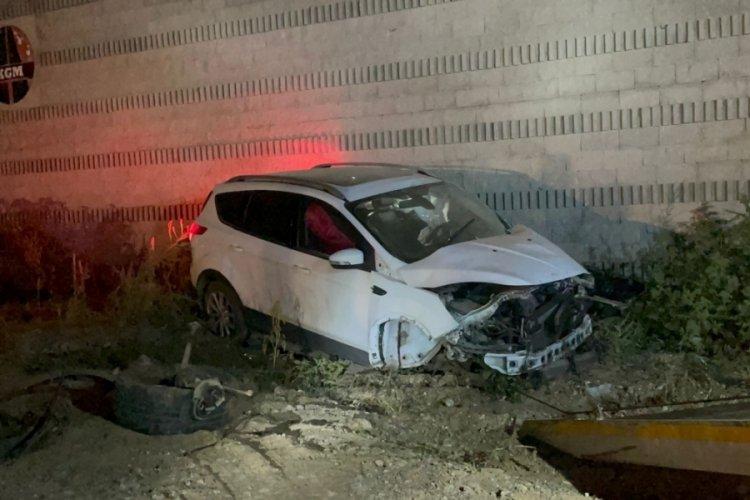 Bursa'da duvara çarparak kaza yapan sürücü kız arkadaşını bırakıp kaçtı