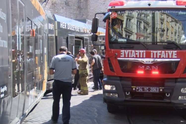 İstanbul Fatih'te bir kişi tramvayla durak arasına sıkıştı