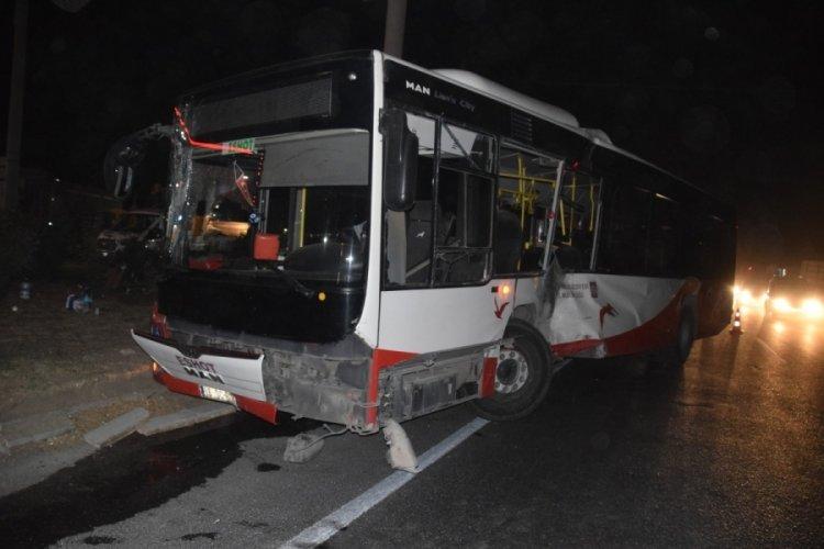 Belediye otobüsü ile tır çarpıştı: 12 yaralı