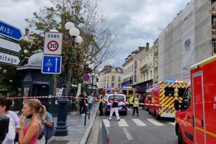Fransa'da bir sürücü arabasıyla bir restorana daldı! Çok sayıda yaralı var