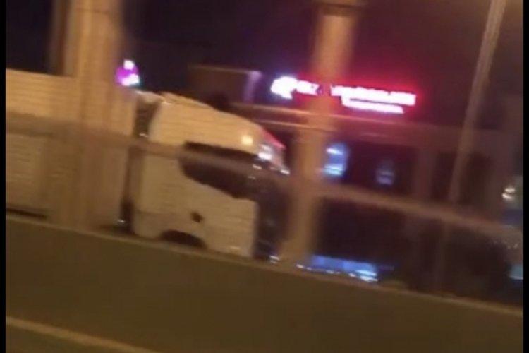 Bursa'da ters şeritten ilerleyen tır, korkuya neden oldu!