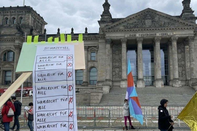 Almanya'da 18 yaş üstü herkesin oy kullanabilmesi için gösteri düzenlendi