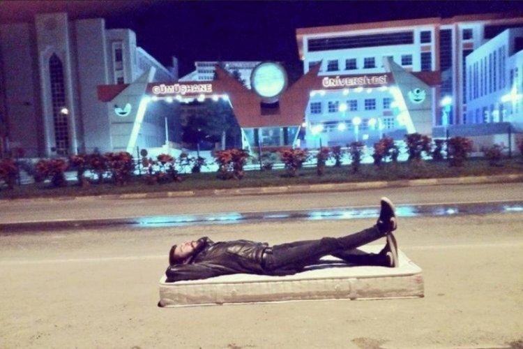 Yurt ve kira artışlarını protesto için kampüsün önüne yatak atıp uyudu