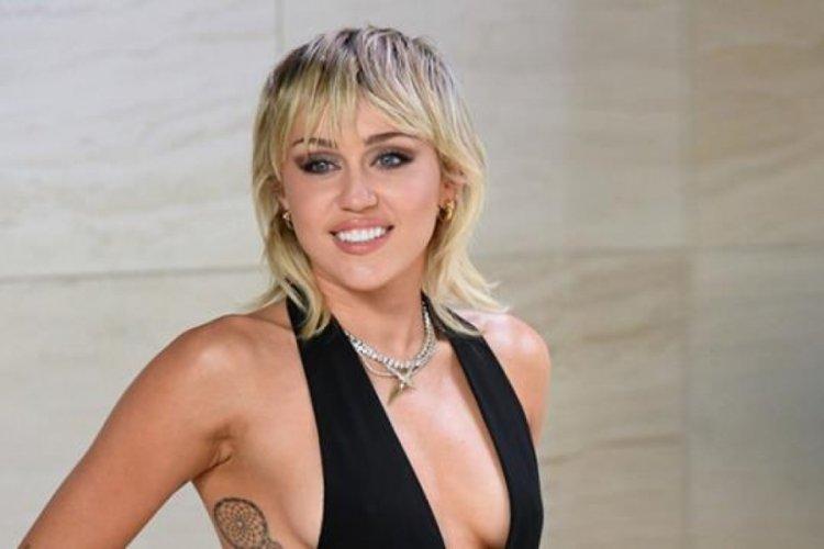 Dünyaca ünlü şarkıcı Miley Cyrus, ilk cinsel ilişkisini 2 kadınla yaşamış