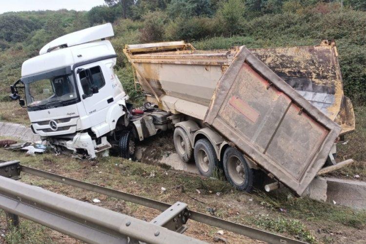 İstanbul'da kaza yapan hafriyat kamyonu şoförü yaralandı