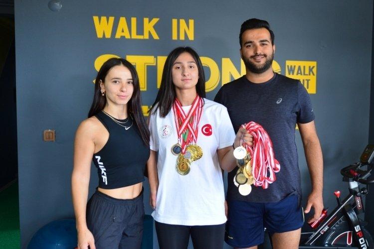 Bursa'da engelli çocukların havuzda yüzme hayalini gerçekleştiren genç eğitmenler, şampiyonlar çıkarıyor