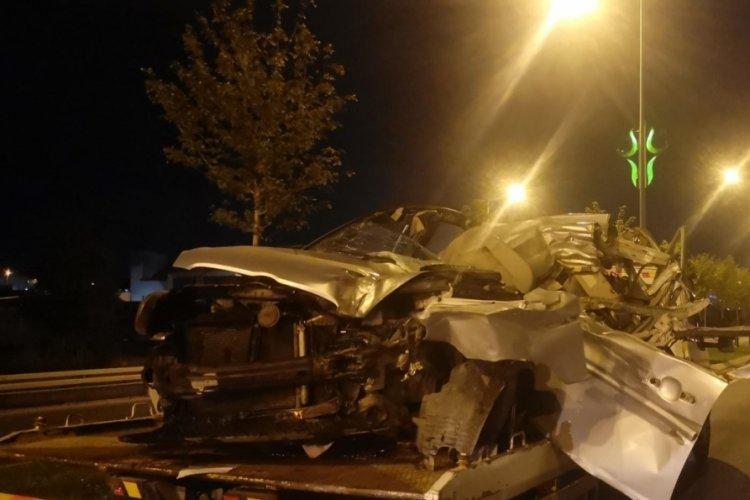 Kocaeli'de kamyonete çarpan otomobil sürücüsü hayatını kaybetti