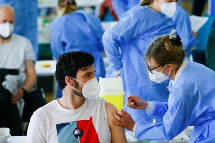Kanada'da aşı yapan hemşireye yumruk attı!