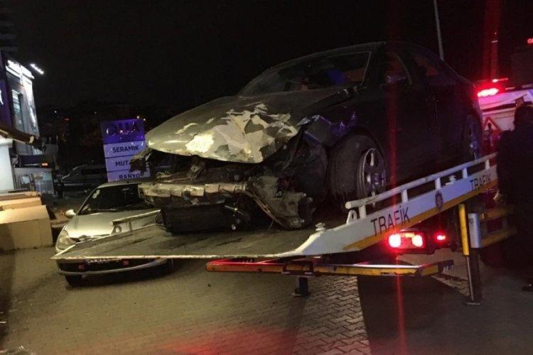 Alkollü sürücü kaza yapıp dükkana girdi! Taksiye binerek kaçtı
