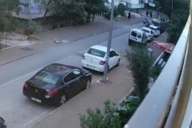 Moto kurye taksiye çarpmamak için kendini riske attı