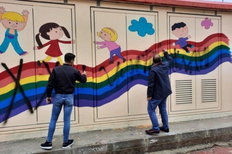 Bursa'da trafodaki gökkuşağı 'LGBT'yi temsil ettiği' gerekçesiyle boyandı!