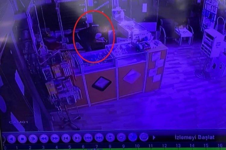 Bursa'da maskeli hırsızlar 50 bin liralık akıllı telefonu böyle çaldı