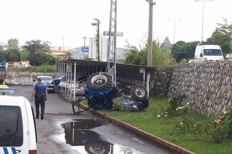 Traktör, emniyet müdürlüğünün bahçesine uçtu