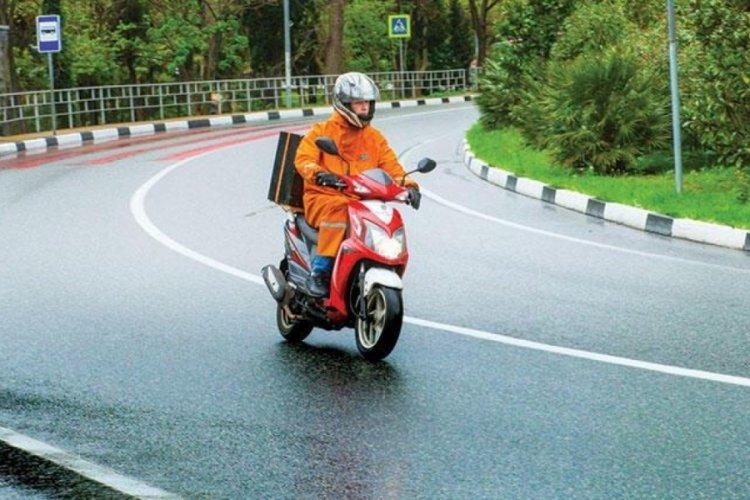 Trafikte kazaya davetiye çıkaran motokuryeler, canını hiçe sayıyor...