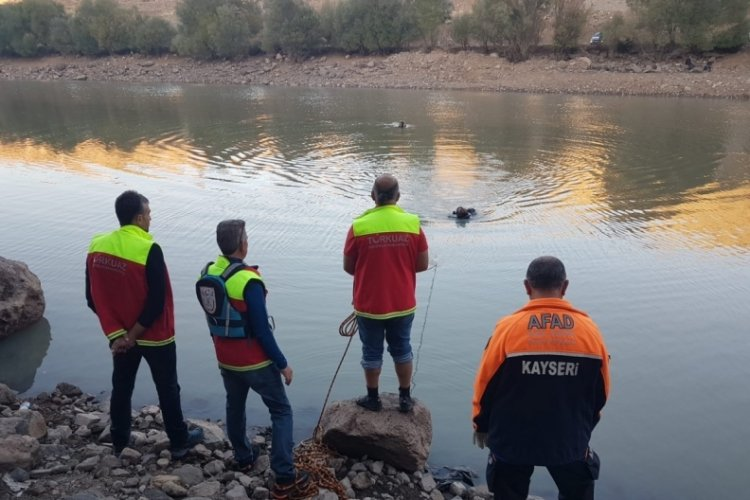 Sağlık çalışanı balık tutmak için girdiği gölette kayboldu