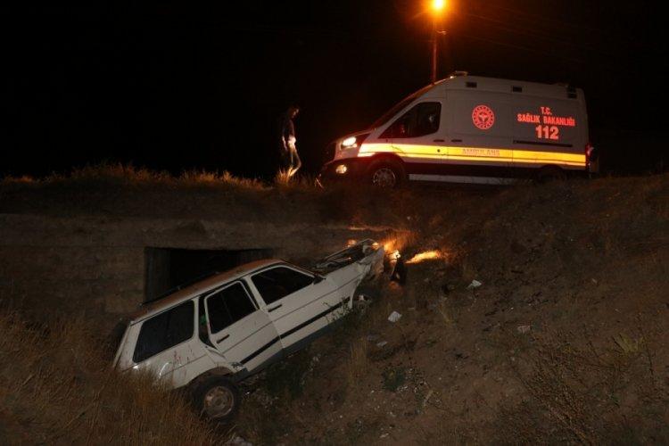 Sivas'ta otomobil menfeze uçtu:3 yaralı