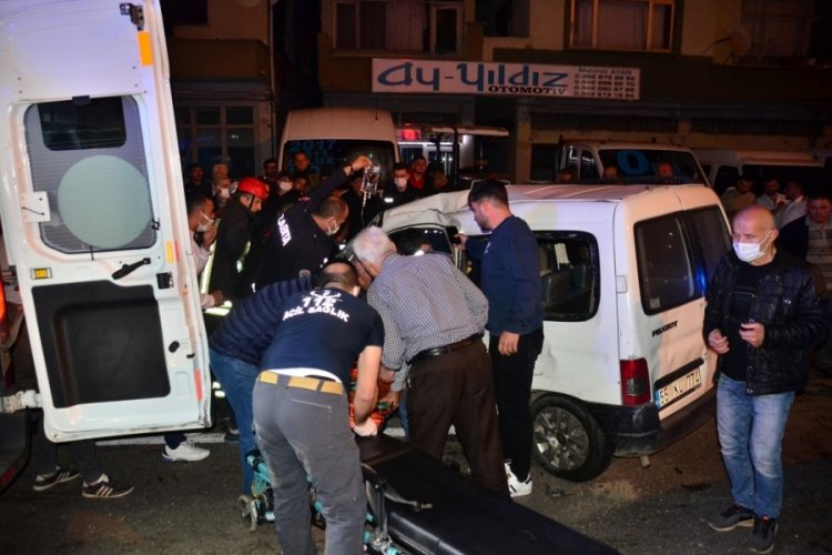 Ambulans ile hafif ticari araç kaza yaptı