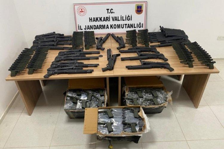 Hakkari Derecik'te 22 av tüfeği ve 380 tabanca gövdesi ele geçirildi