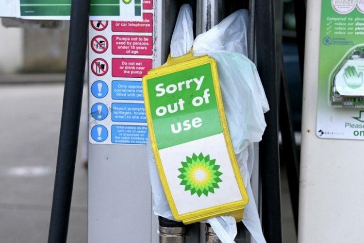 İngiltere, yakıt sorununu çözmek için askerleri hazır durumda bekletecek