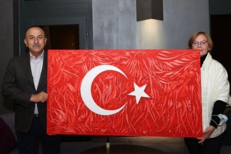 Ukraynalı ressam dereceye giren Türk bayrağı tablosunu Bakan Çavuşoğlu'na armağan etti