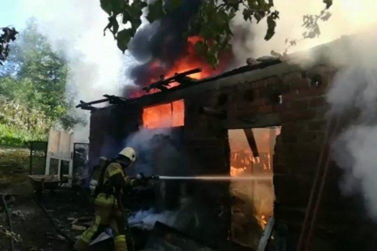 Bursa'da depo yangınında otomobil hurdaya döndü