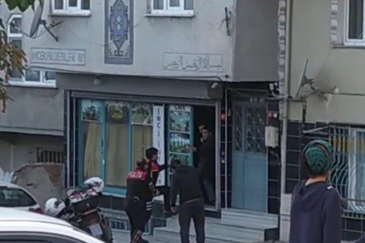 İstanbul Sultangazi'de önce bıçağı kendi boynuna dayadı sonra kafedeki bir kişiyi rehin aldı