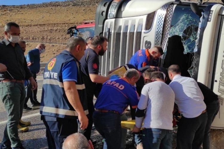 Siirt'te saman yüklü tır devrildi, 2 kişi yaralandı