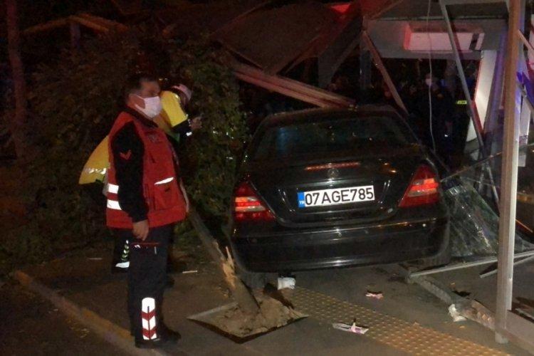 Otomobil, otobüs durağına daldı: 5 yaralı
