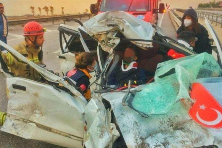 Bursa'da araçta sıkışan 2 kişiyi itfaiye kurtardı