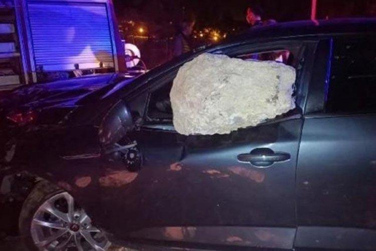 Tokat'ta meydana gelen kazada kaya parçası arabaya saplandı