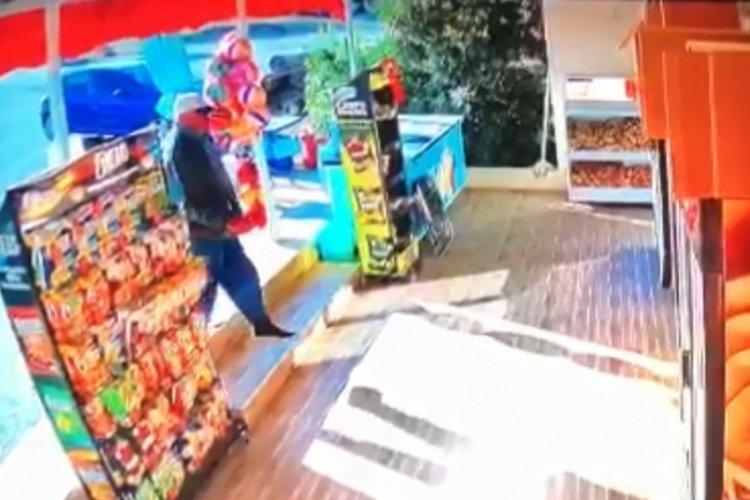 Antalya'da market kirlenmesin diye ayakkabısını çıkarıp içeri girdi