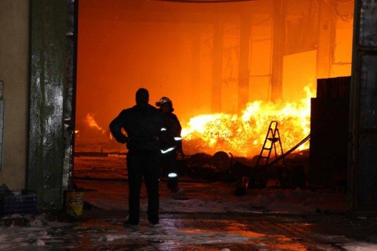 Kayseri'de kağıt fabrikasında yangın: Alevler resmen geceyi aydınlattı