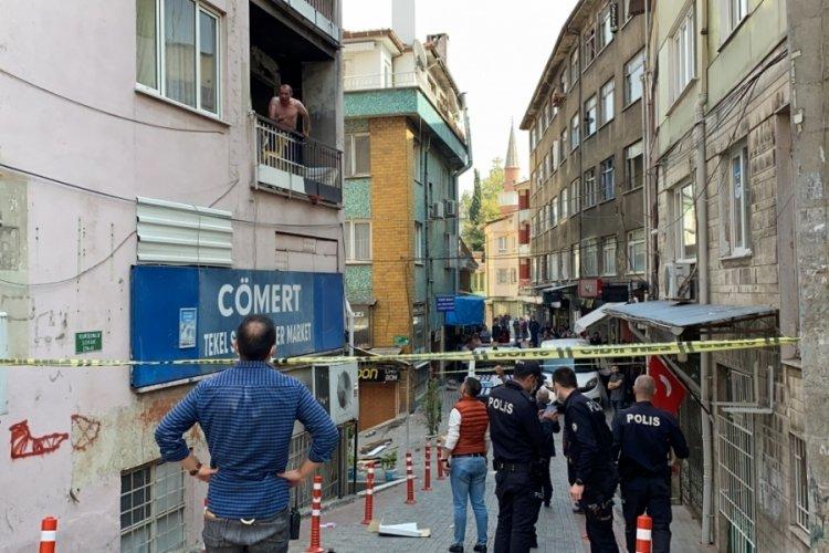 Bursa'da balkondan mahalleliye küfretti, evinin kapısı kırılarak etkisiz hale getirildi