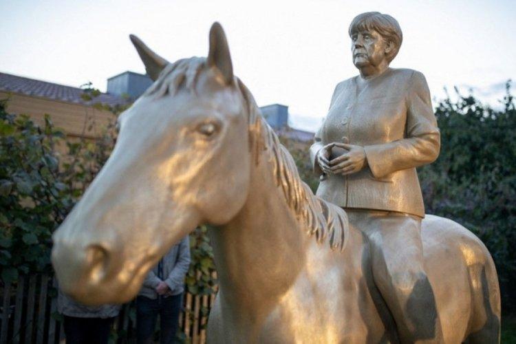 Angela Merkel'in at üstünde dev heykeli yapıldı