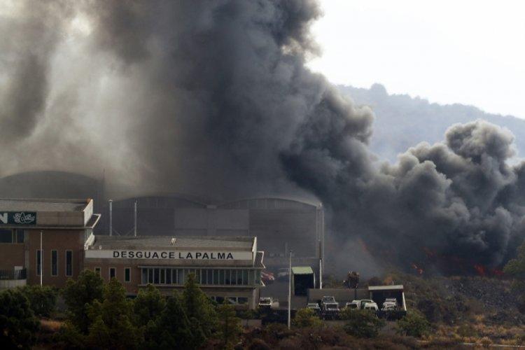 La Palma Adası'nda, lavlar çimento fabrikasını yaktı