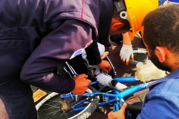 Bursa'da minik çocuğun ayağı bisiklete sıkıştı, yardımına itfaiye yetişti