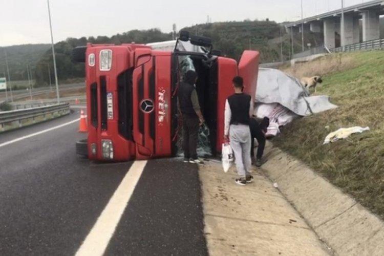 Kuzey Marmara Otoyolu'nda TIR devrildi! 2 yaralandı